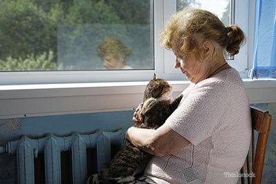 Donna con il suo gatto